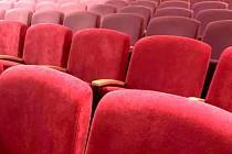 Hálkovo divadlo v Nymburce: stav sedaček v prvních dvou řadách po přečalounění.