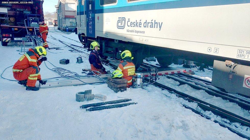 Náročnou operaci zvládli drážní hasiči i za mrazivého počasí.