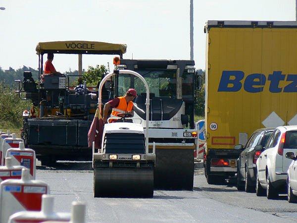 Na hlavním tahu z Nymburka na Kolín bude nový asfalt.