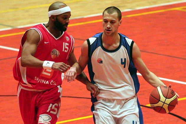 Hra kočky s myší. Jinak ani nejde nazvat pohárový duel Nymburka (v červeném) na palubovce Basketu Západ