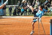 KANÁR. Tenisového kanára, tedy vítězství 6:0, uštědřili nohejbalisté Čelákovic na svých kurtech celku Čakovic