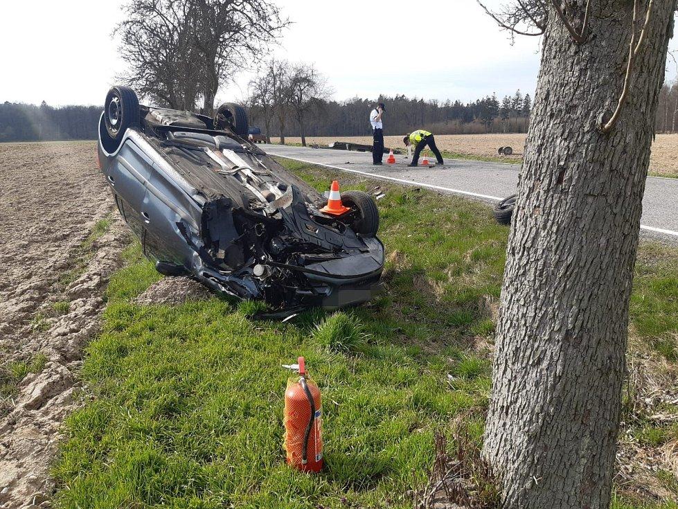 Z čelní srážky dvou 'osobáků' u obce Mcely 11. dubna 2021.