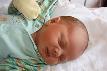 VOJTÍŠEK SE NARODIL DOMA! VOJTĚCH ZÁRUBA vtrhl na svět 23. září 2016 ve 22.22. hodin tak rychle, že maminka Aneila ani nestihla dojet do porodnice! Z kloučka s mírami 4 000 g a 49 cm jsou doma ve Velkém Zboží nadšení také táta Petr a Gabo (6).
