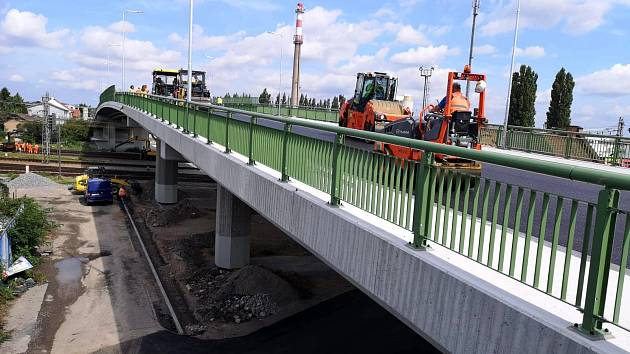 Dokončovací práce na železničním nadjezdu v Lysé nad Labem.