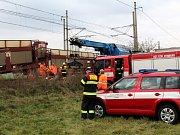 Jeden nákladní vlak narazil zezadu do druhého. Nabourané vagóny zatarasily trať.