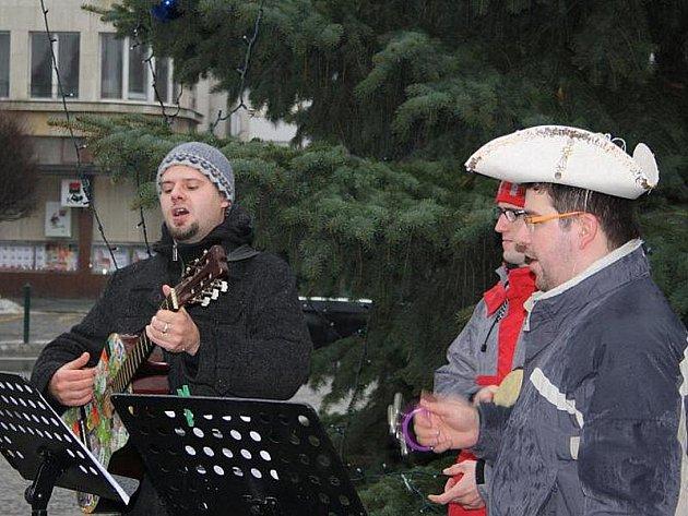 Muzikanti zpívali koledy Ježíškovi na nymburském náměstí i za deště.