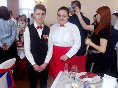 Daniela Turnovská aTomáš Lipenský (na snímku) z domácí školy se umístili na druhém místě. Jejich chlebíčky vypadají opravdu k nakousnutí.