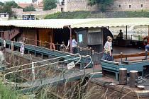 Divadelní loď Tajemství bratrů Formanových je přestavěna z tlačného remorkeru, který vozil uhlí do chvaletické elektrárny.