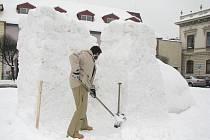 Sochy ze sněhu vyrostly na náměstí v Poděbradech.