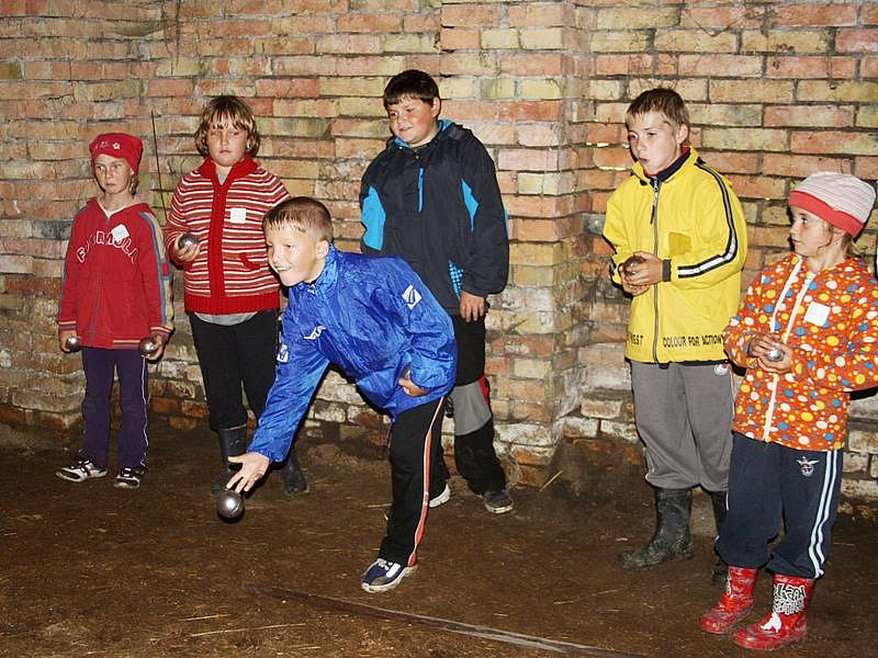 Ani v dešti se nevzdali turnaje v pétanque, hrálo se a bavilo ve stodole.
