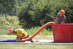 Na rozpáleném hřišti hasiči a hasičky soutěžili, bavili se a hasili sami sebe.