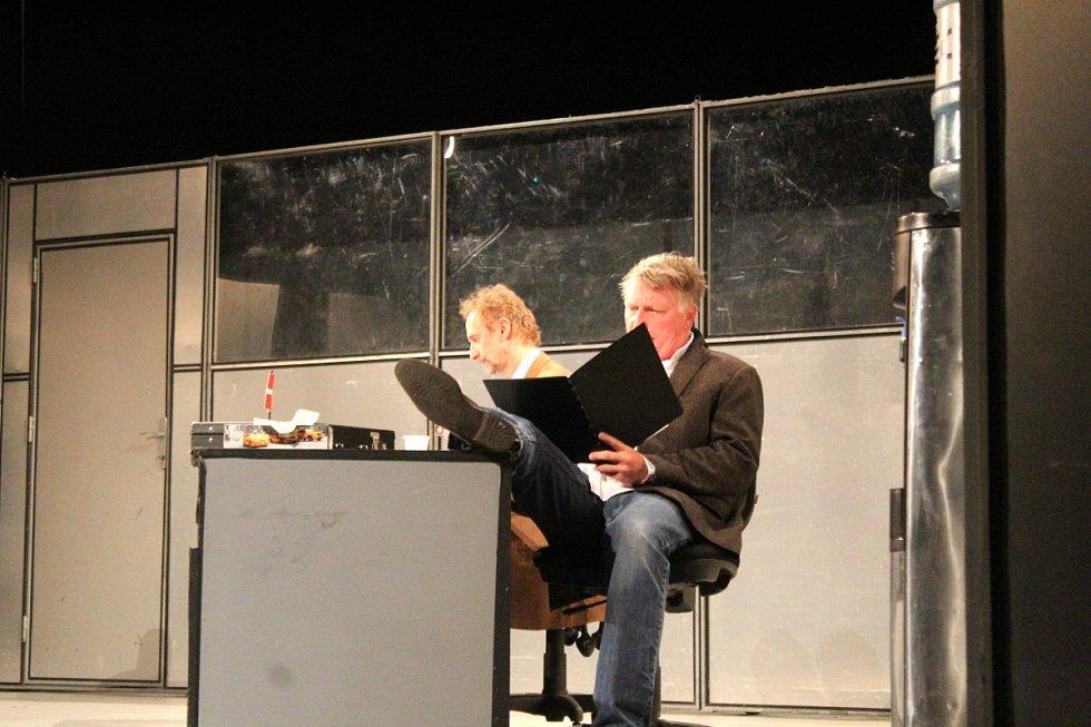 Z představení Kdo je tady ředitel? v nymburském Hálkově divadle.