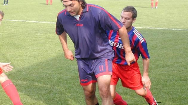 Terčem rasistických poznámek se na hřišti Sán stal hráč Slovanu Poděbrady  Pavel de Giorgii (na snímku v popředí).