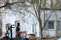 Domek, v němž byla nalezena mrtvá těla mužů i zvířat