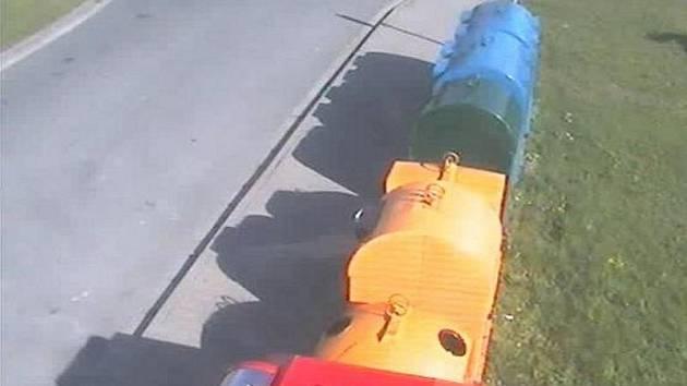 Kamera mířící na kontejnery v Drahelické ulici