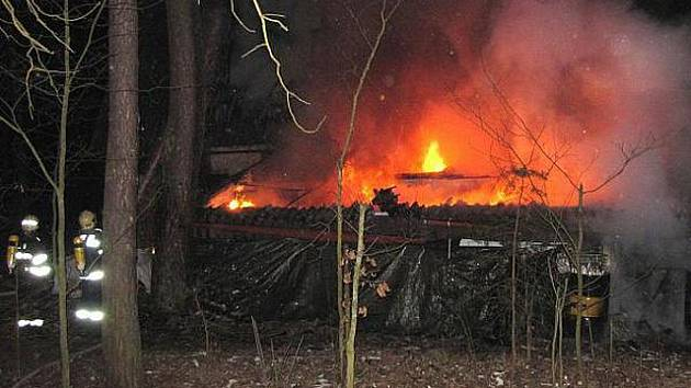 Požár chaty v Kersku.