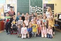 Letošní prvňáčky Základní školy Václava Havla přivítali na výročí. Třída 1. A s paní učitelkou Věrou Froňkovou a asistentkou Petrou Hrbkovou.
