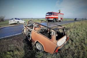 Na silnici mezi Sadskou a obcí Zvěřínek se v sobotu dopoledne v 9.30 sraziladvě auta.