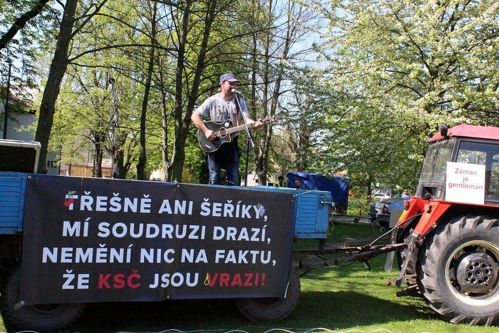 Demonstrace před Obecním domem v Nymburce kvůli účasti prezidenta Miloše Zemana na sjezdu Komunistické strany Čech a Moravy.
