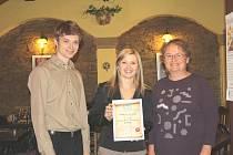 """Certifikát """"Tady je mi dobře"""" předala provozovatelům kavárny Luna Nikole Dudkové (uprostřed)  a Pavlu Zemanovi šéfredaktorka Milena Jínová."""
