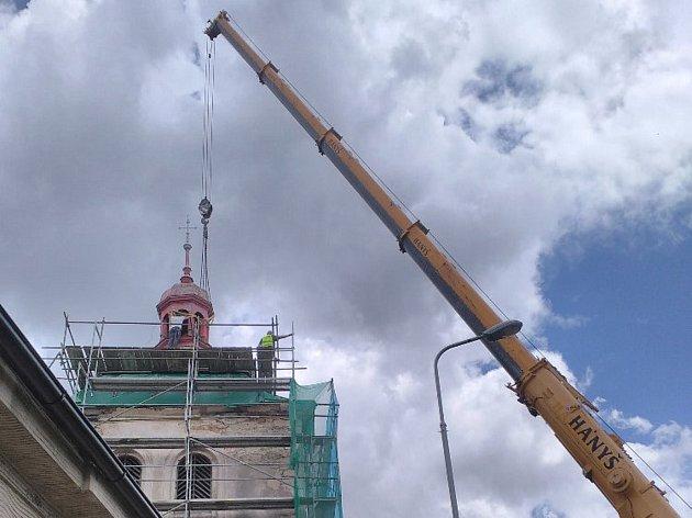 Věžička na zvonici v Kostomlatech je v opravě.