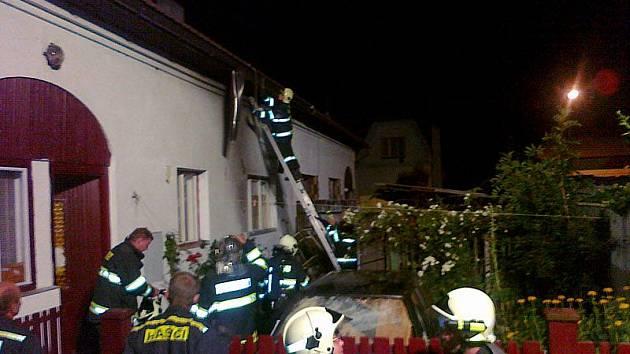 Dům v Husově ulici ožehly plameny z poplenice