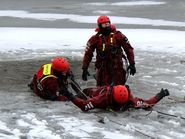 Hasiči si vyzkoušeli různé metody záchrany při prolomení ledu pod člověkem.