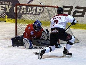 Hokejisté Nymburka (v bílém) v dalším zápase druhé ligy prohráli. Před svými příznivci nestačili na mužstvo Klatov.
