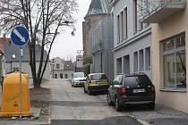 V ulici Na Příkopě přibude nový chodník podél domu a mohyly