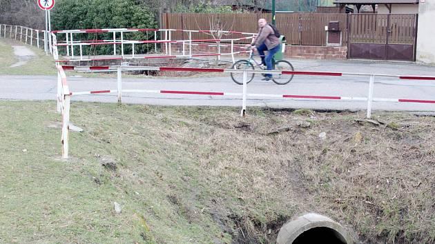 Původní mostek přes potok Liduška na kraji sídliště má nahradit nový železobetonový most. Foto: Deník/ Miroslav S. Jilemnický