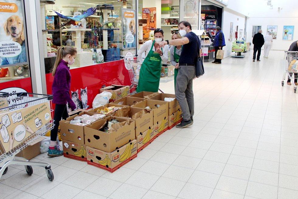 Potravinová sbírka v obchodním domě Albert v Nymburce.