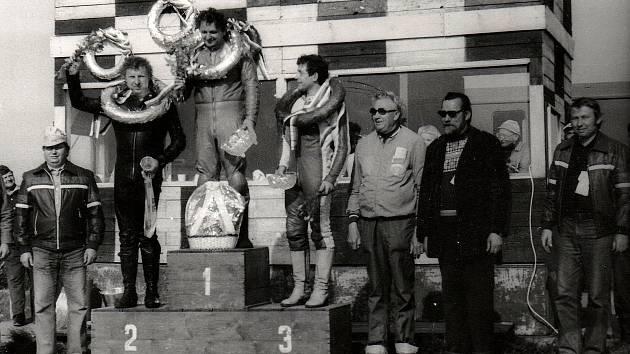 Petr Chábera na nejvyšším stupínku na historickém snímku.