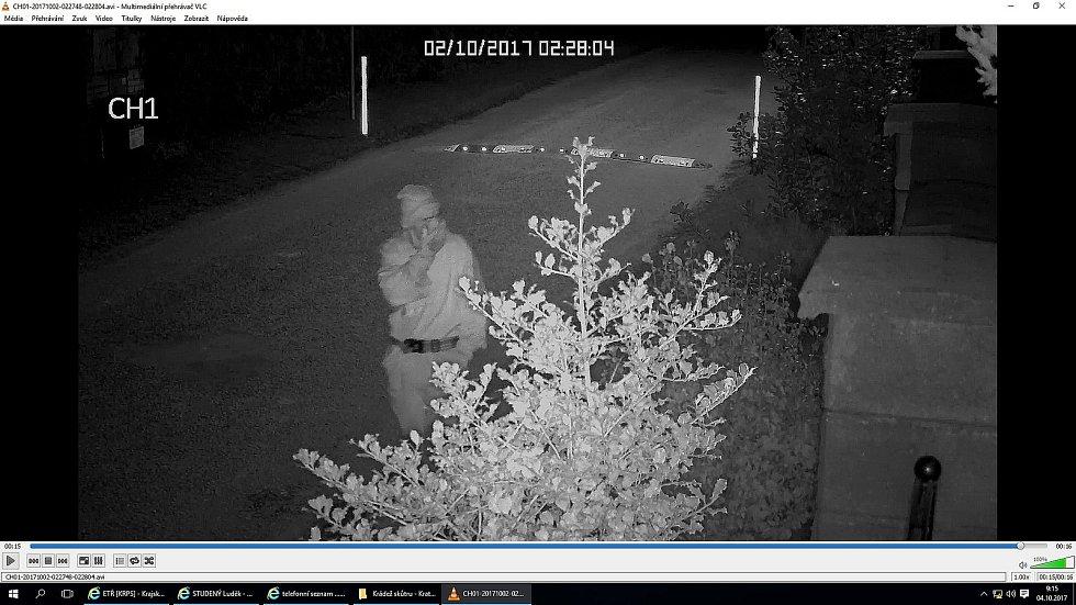 Záběry kamer nepříliš kvalitně zachytily tvář důležitého svědka.