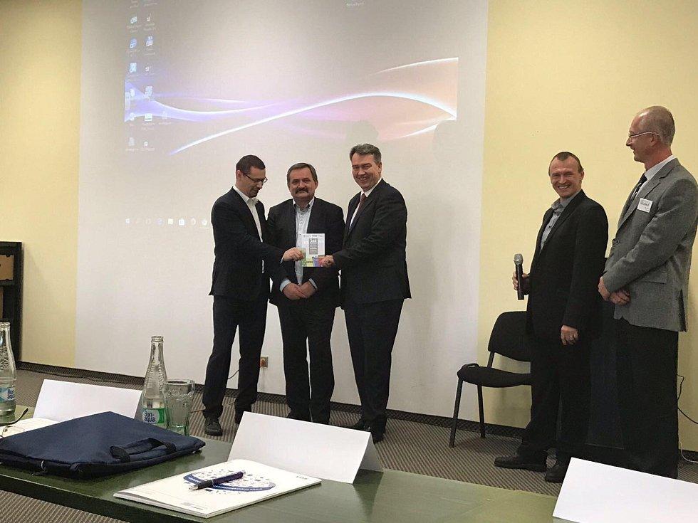 Akci zahájil radní pro oblast bezpečnosti a ICT Středočeského kraje Robert Bezděk (vpravo) společně s ředitelem Krajského ředitelství policie Středočeského kraje Václavem Kučerou (uprostřed).