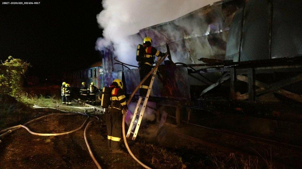 Požár pěti historických vagónů v Železničním muzeu Výtopna v Jaroměři pomáhali likvidovat i nymburští drážní hasiči.