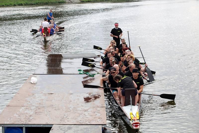 Ze 17. ročníku závodů dračích lodí v Nymburce.