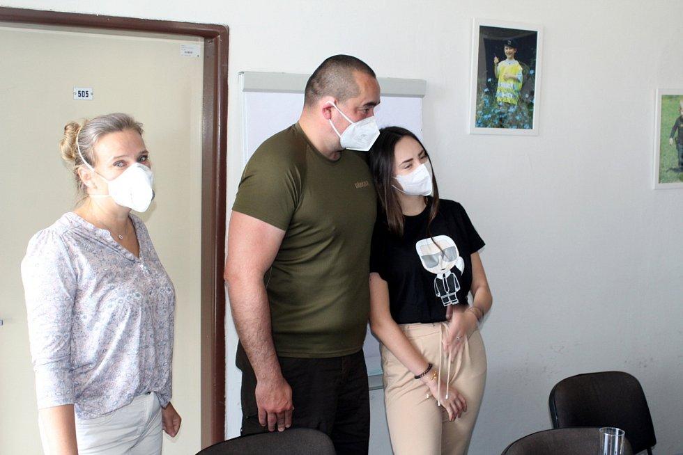 Zleva maminka Kristýny Hájkové, její otec a Kristýna.