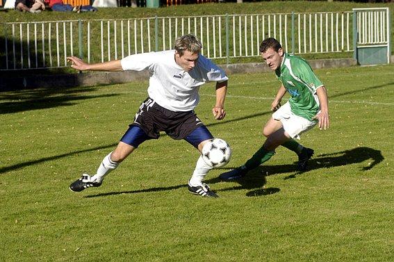 Nymburský Miroslav Knytl (vpravo) se svými spoluhráči porazil tým Černolic 2:0.