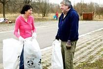 Nad plnými pytli Clean up the World si dobrovolníci i dobře popovídali.