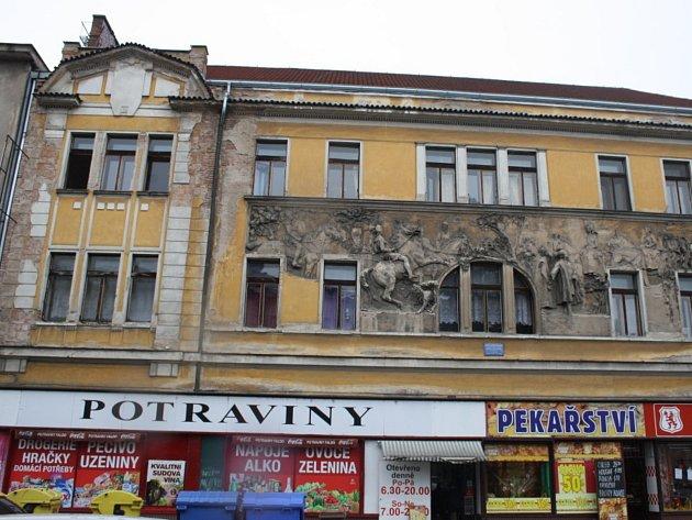 Činžovní dům s reliéfem Elišky Přemyslovny v Palackého ulici v Nymburce.