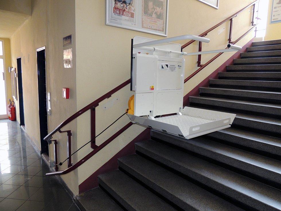 Nová plošina dopraví vozíčkáře do prvního patra divadla.