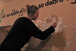 Studentky podnikatelské školy malovaly v hospodě v Podmokách.