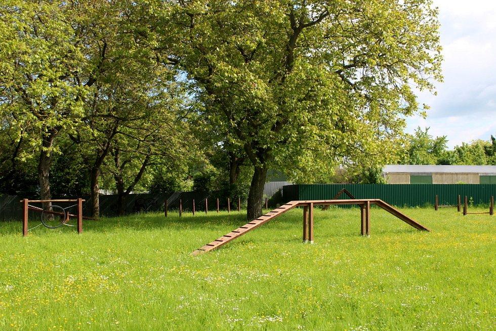 Překážky v novém dogparku v Drahelické ulici už jsou instalovány.