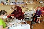 Obyvatelé domova pro seniory na rožďalovickém zámku připravili nádhernou Velikonoční výstavu.