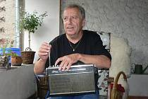 Milan Mikuškovic, zvaný Děda ladí staré rádio. Legendární hudební stanice Luxembourg prý na tomto typu nejde chytit, jen Radio Country