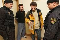 Podobní prodejci nabízí velmi často i nekvalitní zboží. Někdy musí až zasáhnout strážníci městské policie. Ilustrační foto.