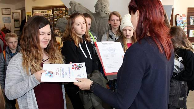 Nejlepší školáci byli oceněni za díla do literárně výtvarné soutěže na téma bezpečnosti.