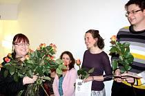 Od nejmladších žáků po nejstarší pra-žáky popřáli své učitelce klavíru Stanislavě Sýkorové (v bílém děrovaném svetru) k šedesátinám.