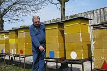 Včelař Josef Lounek u svých úlů.