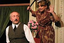 Herci Oldřich Navrátil a Martina Hudečková (na snímku) předvedli zaplněnému divadlu Na Kovárně v úterý večer své komediantské schopnosti.